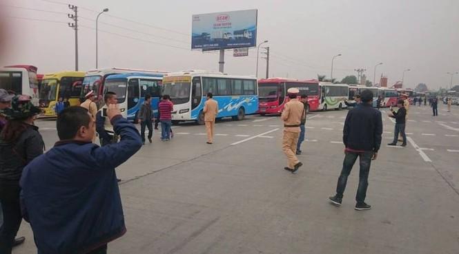 Cảnh sát dùng xe tải cẩu kéo xe khách phản đối phân luồng - ảnh 1
