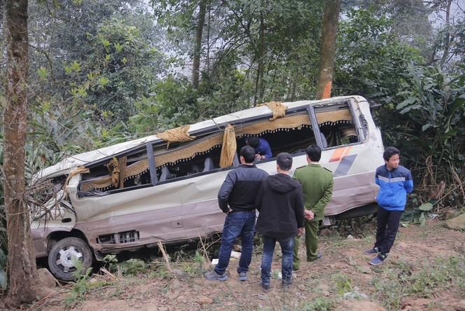 Cảnh sát khám nghiệm ô tô lao xuống vực ở Lào Cai - ảnh 1