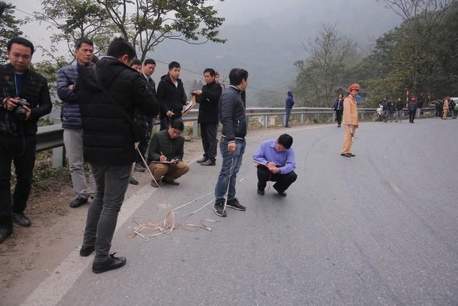 Cảnh sát khám nghiệm ô tô lao xuống vực ở Lào Cai - ảnh 2