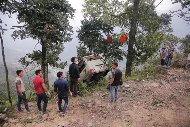 Cảnh sát khám nghiệm ô tô lao xuống vực ở Lào Cai - ảnh 3