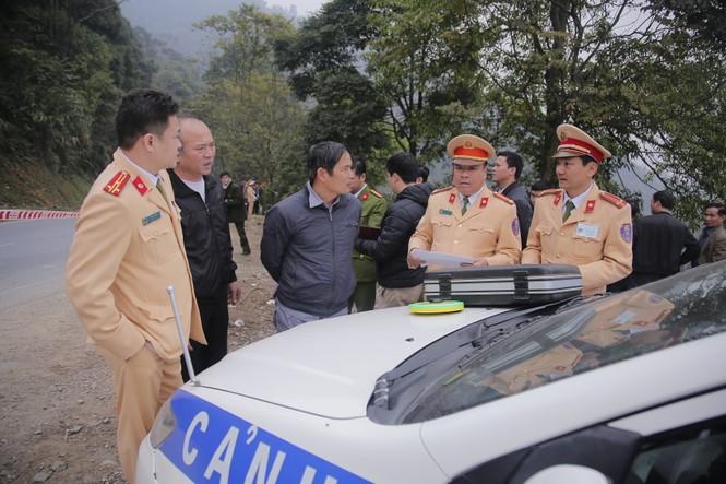 Cảnh sát khám nghiệm ô tô lao xuống vực ở Lào Cai - ảnh 4