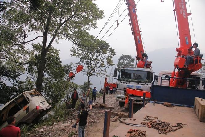 Cảnh sát khám nghiệm ô tô lao xuống vực ở Lào Cai - ảnh 5