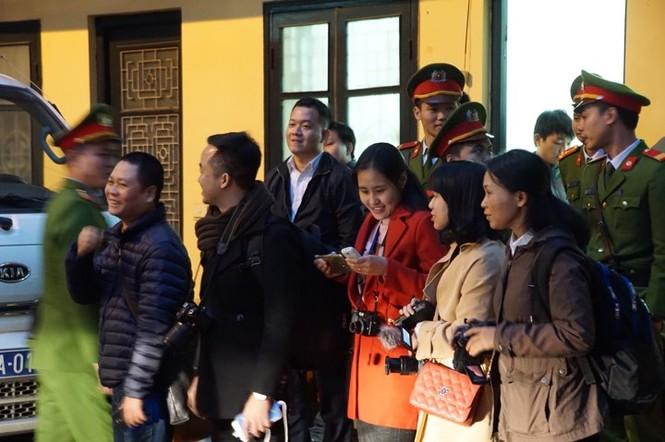 Đoàn xe dẫn giải ông Đinh La Thăng và đồng phạm về trại tạm giam - ảnh 5