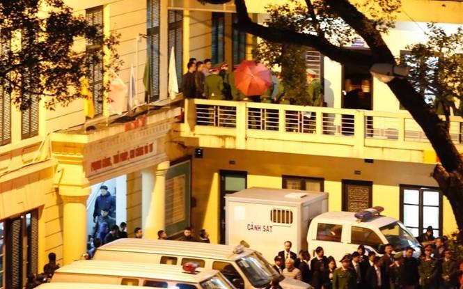Đoàn xe dẫn giải ông Đinh La Thăng và đồng phạm về trại tạm giam - ảnh 7