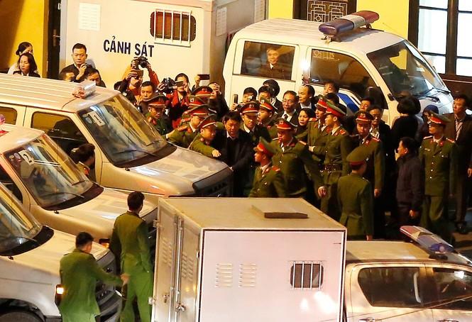 Đoàn xe dẫn giải ông Đinh La Thăng và đồng phạm về trại tạm giam - ảnh 1