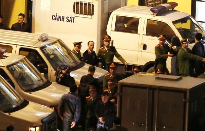 Đoàn xe dẫn giải ông Đinh La Thăng và đồng phạm về trại tạm giam - ảnh 2