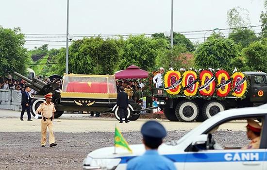 Nghìn người đội mưa đón linh cữu Chủ tịch nước về quê nhà - ảnh 11