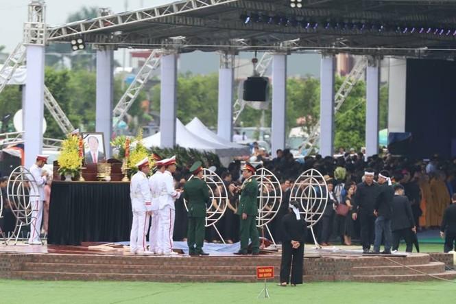 Nghìn người đội mưa đón linh cữu Chủ tịch nước về quê nhà - ảnh 14