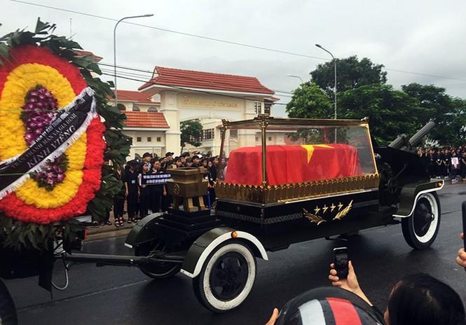 Nghìn người đội mưa đón linh cữu Chủ tịch nước về quê nhà - ảnh 10
