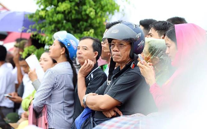 Nghìn người đội mưa đón linh cữu Chủ tịch nước về quê nhà - ảnh 16