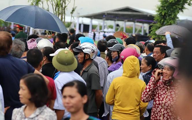 Nghìn người đội mưa đón linh cữu Chủ tịch nước về quê nhà - ảnh 17
