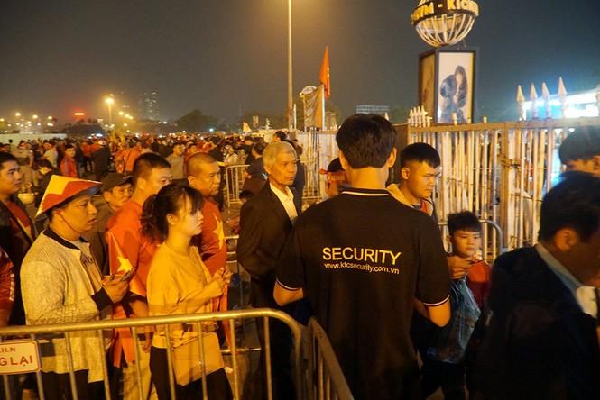 An ninh thắt chặt quanh sân Mỹ Đình trước giờ bóng lăn - ảnh 7