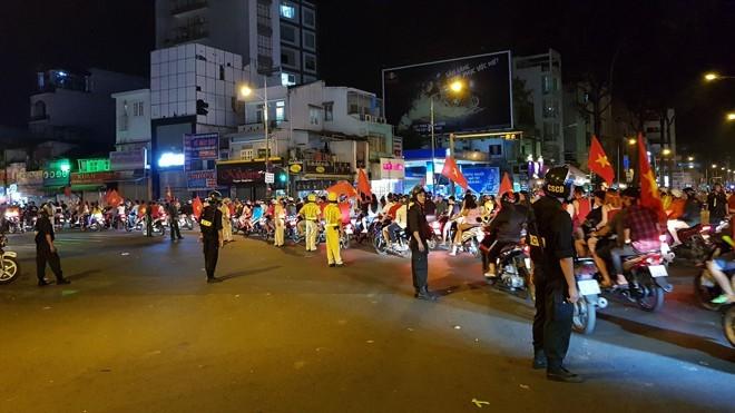 Hàng nghìn cảnh sát Hà Nội chống đua sau trận Việt Nam - UAE - ảnh 1