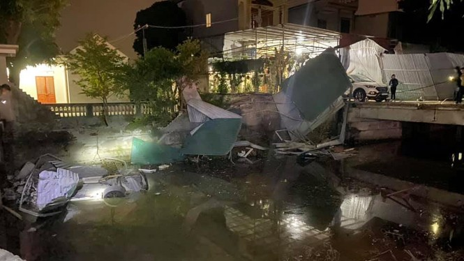 Mercedes lao xuống kênh, nam tài xế tử vong - ảnh 1
