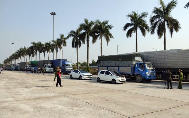 Bắt binh đoàn xe chở 300 tấn hàng lậu từ Quảng Ninh về Hà Nội tiêu thụ Tết - ảnh 1