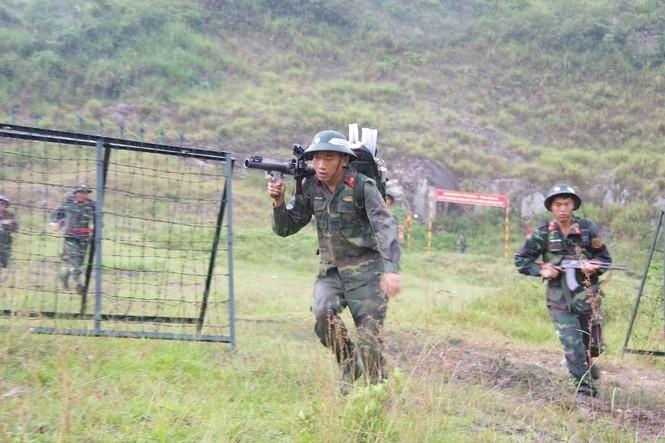 Cận cảnh trung đoàn bộ binh diễn tập vòng tổng hợp - ảnh 7