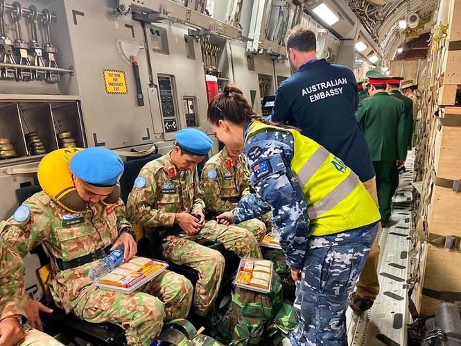 Cận cảnh vận tải cơ C-17A chở bác sĩ mũ nồi xanh Việt Nam sang Nam Sudan - ảnh 5