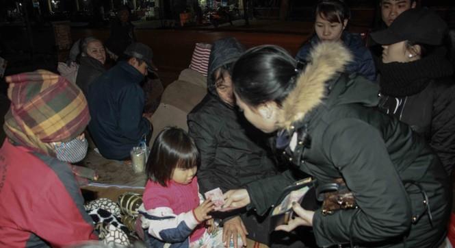 Trắng đêm mang Tết đến với người vô gia cư Hà Nội - ảnh 6