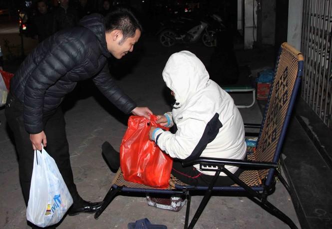 Trắng đêm mang Tết đến với người vô gia cư Hà Nội - ảnh 11