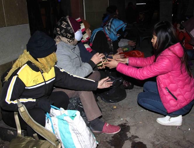 Trắng đêm mang Tết đến với người vô gia cư Hà Nội - ảnh 12
