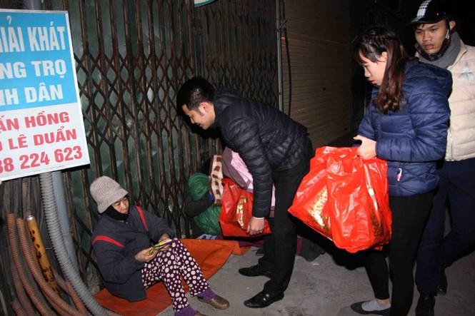 Trắng đêm mang Tết đến với người vô gia cư Hà Nội - ảnh 13