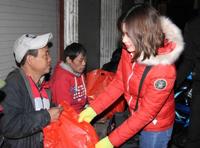 Trắng đêm mang Tết đến với người vô gia cư Hà Nội - ảnh 15