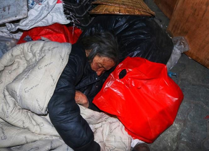 Trắng đêm mang Tết đến với người vô gia cư Hà Nội - ảnh 19