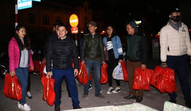 Trắng đêm mang Tết đến với người vô gia cư Hà Nội - ảnh 18
