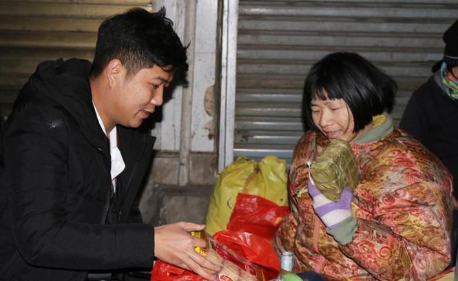 Trắng đêm mang Tết đến với người vô gia cư Hà Nội - ảnh 17