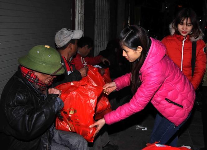 Trắng đêm mang Tết đến với người vô gia cư Hà Nội - ảnh 16