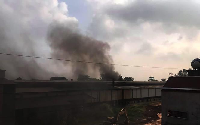 Người dân cạnh Cty có dầu thải đổ xuống sông Đà chìm trong khói ô nhiễm - ảnh 1