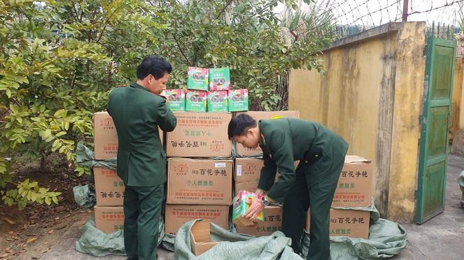 Vận chuyển hàng trăm kg pháo lậu vượt sông vào Việt Nam - ảnh 1