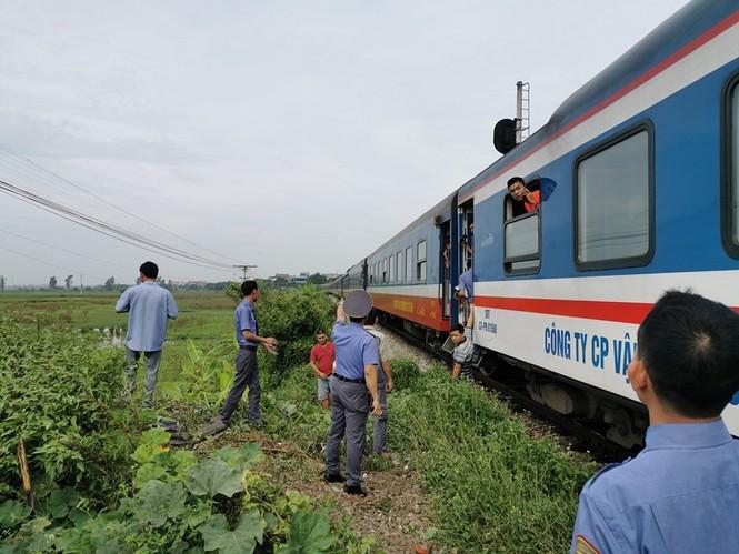 Cố vượt đường sắt, xe tải bị tàu hoả đâm bay xuống ruộng - ảnh 4