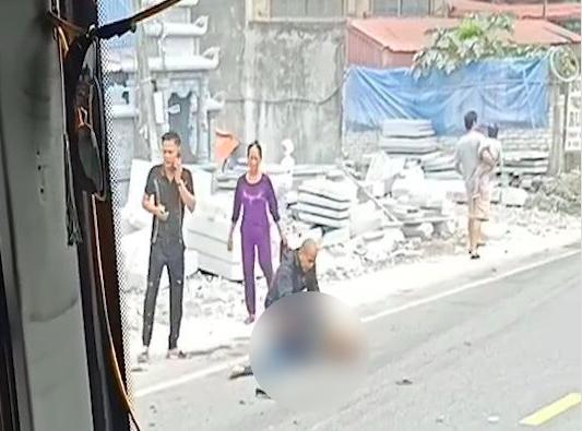 Tai nạn giao thông giữa Limousine và xe máy làm 2 người thương vong - ảnh 1