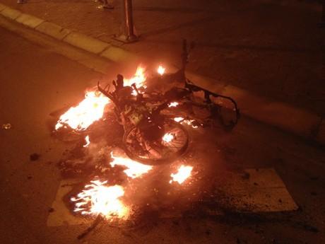 Xe máy cháy trơ khung trên đường - ảnh 1