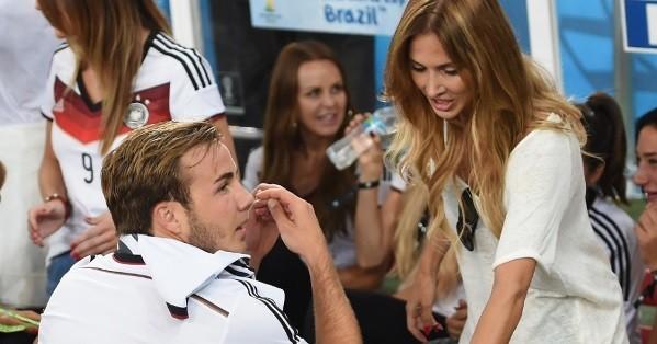 Bạn gái Goetze bất ngờ nổi tiếng nhờ màn 'khóa môi' trên sân - ảnh 5