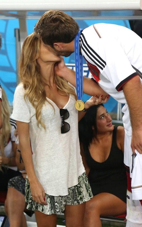 Bạn gái Goetze bất ngờ nổi tiếng nhờ màn 'khóa môi' trên sân - ảnh 8