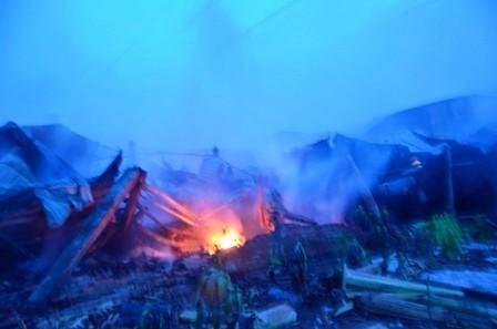 Hơn 100 cảnh sát cứu hỏa trắng đêm cứu công ty gỗ - ảnh 1