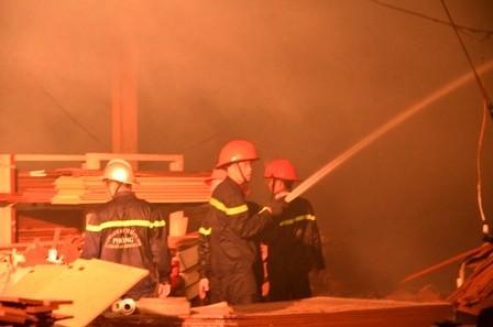 Hơn 100 cảnh sát cứu hỏa trắng đêm cứu công ty gỗ - ảnh 2
