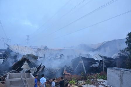 Hơn 100 cảnh sát cứu hỏa trắng đêm cứu công ty gỗ - ảnh 6