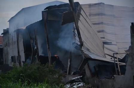 Hơn 100 cảnh sát cứu hỏa trắng đêm cứu công ty gỗ - ảnh 8