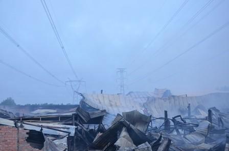 Hơn 100 cảnh sát cứu hỏa trắng đêm cứu công ty gỗ - ảnh 7