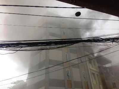 Nhà dân phát hỏa, lửa ngùn ngụt bốc cao trong mưa - ảnh 4