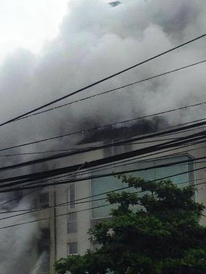 Nhà dân phát hỏa, lửa ngùn ngụt bốc cao trong mưa - ảnh 1