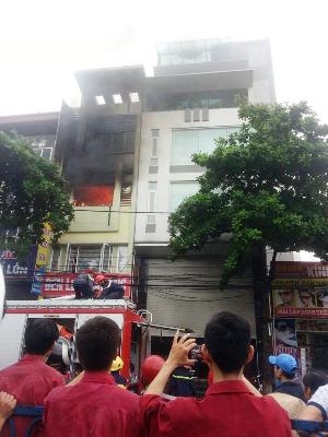 Nhà dân phát hỏa, lửa ngùn ngụt bốc cao trong mưa - ảnh 5