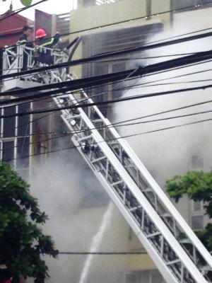 Nhà dân phát hỏa, lửa ngùn ngụt bốc cao trong mưa - ảnh 2