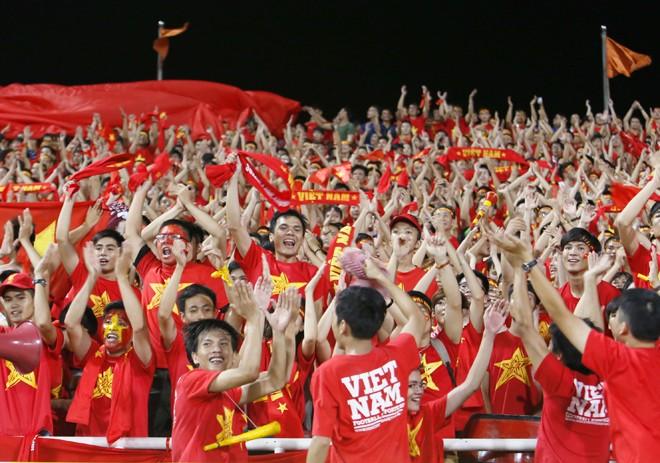 [ẢNH]: CĐV nô nức xuống đường mừng chiến thắng U19 Việt Nam - ảnh 2