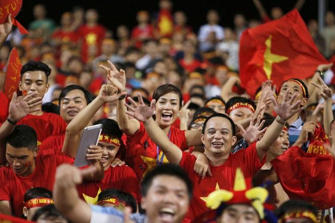 [ẢNH]: CĐV nô nức xuống đường mừng chiến thắng U19 Việt Nam - ảnh 3