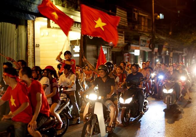 [ẢNH]: CĐV nô nức xuống đường mừng chiến thắng U19 Việt Nam - ảnh 7