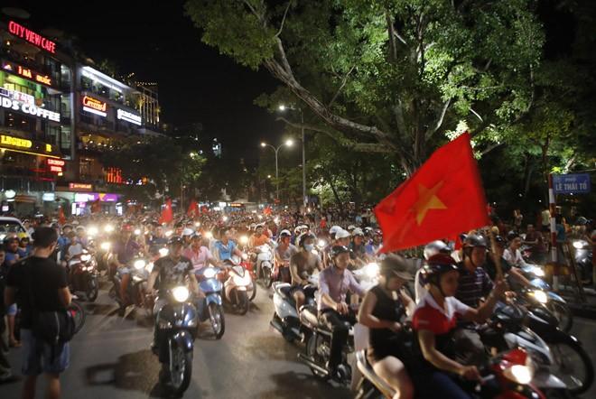 [ẢNH]: CĐV nô nức xuống đường mừng chiến thắng U19 Việt Nam - ảnh 6